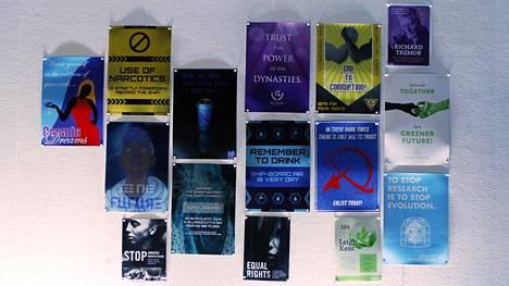 Odysseukselta löytyy jos jonkinlaista katseenvangitsijaa. Varoituskylttejä ja mainoksia on joka puolella aluksen käytävillä.