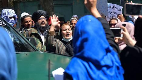 Naiset osoittivat mieltään Afganistanin pääkaupungissa Kabulissa tiistaina.