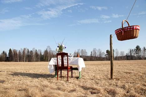 """Ruotsalaispariskunta avasi """"koronaturvallisen"""" pop-up-ravintolan Ransäterin kunnassa sijaitsevalle niitylle. Ruuat tarjoillaan asiakkaille köysi-kori-viritelmän avulla."""