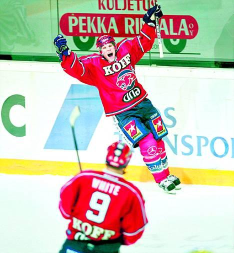 HIFK:n Tony Salmelainen ja Peter White juhlivat maalia HIFK:n ja Rauman Lukon välisessä jääkiekon SM-liigan ottelussa marraskuun lopulla. SM-liigan sponsorit ovat tyytyväisiä sopimukseensa Canal+ -kanavan kanssa,  vaikka otte