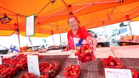Anneli Björkqvist myi mansikoita Helsingin Kauppatorilla viiden euron rasiahintaan.