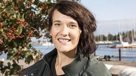 Ex-uutisankkuri Aino Huilaja matkustaa parhaillaan ympäri maailmaa pakettiautolla.