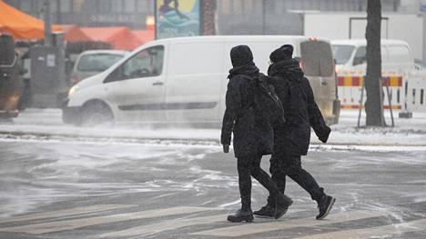 Lumi pöllyää Helsingin Hakaniemessä 21.12.2018.