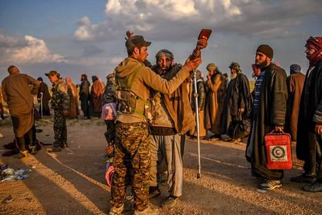 Tarkastuksen jälkeen Isis-taistelijoiksi epäillyt miehet siirretään pidätyskeskuksiin.