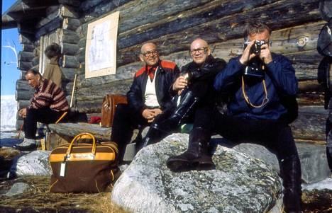 Urho Kekkonen paistatteli päivää vierellään kauppaneuvos Kalle Kaihari (vas.) ja ex-KGB-mies, Neuvostoliiton Suomen-suurlähettiläs Vladimir  Stepanov.