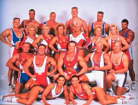 Virpi Butt (takimmaisessa naisrivistössä oikealla) esiintyi Gladiaattorit -tv-sarjassa 1993–1994. Buttin taiteilijanimi sarjassa oli Timantti.