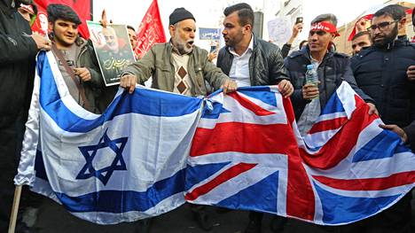 Mielenosoittajat valmistautuvat polttamaan Ison-Britannian lipun Teheranissa 12. tammikuuta 2020.