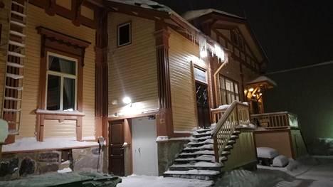 Lumi peittää Savonlinnan kaupungin Sääminkitalon nuorisotilaan johtavat portaat. Tila jouduttiin vuodenvaihteessa sulkemaan kaupungin henkilöstösäästöjen takia.