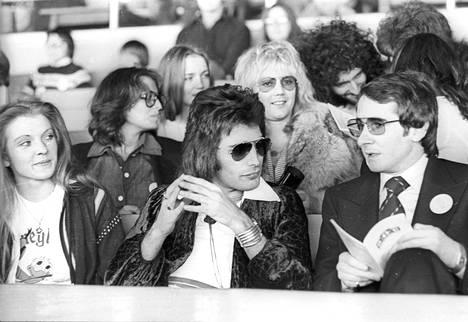 Mary Austin yhdessä Freddie Mercuryn ja Queenin managerin John Reidin kanssa. Takana Brian Mayn vaimo Chrissie Mullen sekä rumpali Roger Taylor A Day at the Races -albumin lanseeraustapahtumassa 1976.