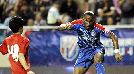 Didier Drogba (oik.) jatkaa uraansa Kiinan pääsarjassa Shanghai Stenhuan joukkueessa.