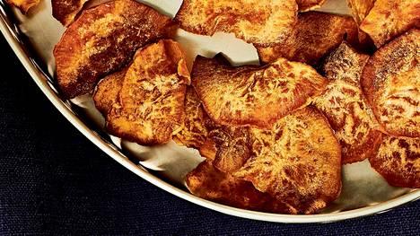Bataatti siivutetaan ohueksi juustohöylän tai raastinraudan viipaleterän avulla.