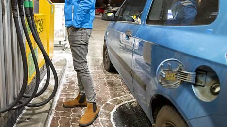 Tilastokeskuksen mukaan bensiinin ja dieselin pumppuhinnat kävivät koronavuoden aikana keskimäärin halvimmillaan toukokuussa.
