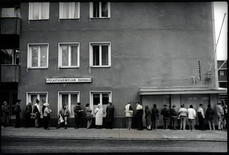 Laman runtelemia helsinkiläisiä leipäjonossa vuonna 1995.
