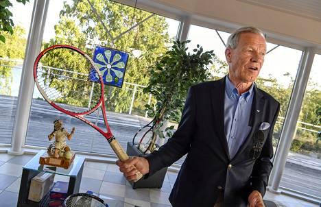 """Anders Wiklöf muistuttaa hyvinvointivaltion tärkeydestä. """"Nyt kun minulla on varaa esimerkiksi tähän tennisareenaan, alanko ajatella ihmisistä eri tavalla?"""""""