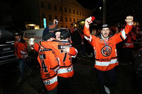 Valtteri Puustinen ja Roope Laavainen tuulettavat.