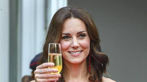 Herttuatar Catherine ihastutti hehkuvanpunaisessa maksimekossa.