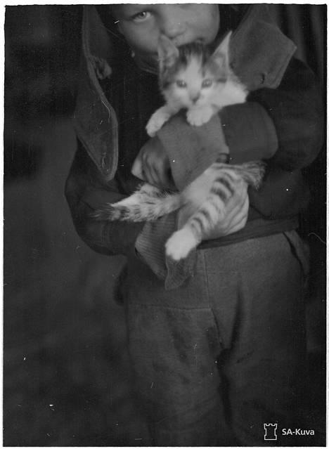Pieni karjalaispoika kissoineen. Jehrimänvaaran ja Akonlahden kylät Kivijärven rannalla. 1941.10.04