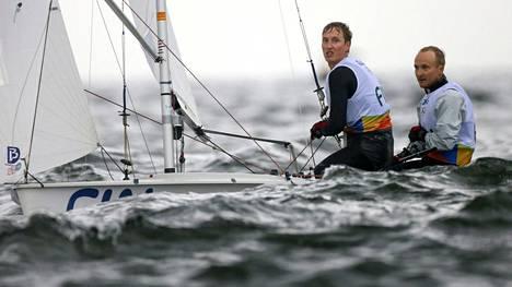 """""""Aalto pyyhkäisi meikäläisen veneestä"""" – suomalaispurjehtijoiden vene kaatui merellä Rion edustalla"""