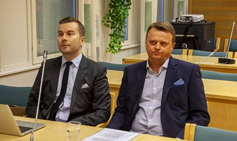 Jukka Toivakka (oik.) kuvattuna Etelä-Savon käräjäoikeudessa tiistaina.