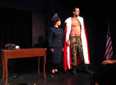 Venäläistä FSB-agenttia esittävä Ellen Burr ja Vladimir Putinia näyttelevä Jody Barton.