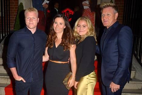 Gordon Ramsay kuvattuna vaimonsa Tanan, sekä 20-vuotiaiden lastensa Jackin ja Matildan kanssa.