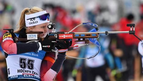 """Thekla Brun-Lie jäi kauas kärjestä perjantain sprinttikilpailussa Hochfilzenin maailmancupissa. Norjalainen hiihti yhden """"ylimääräisen"""" sakkokierroksen."""