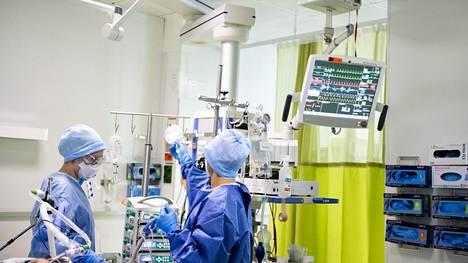 Suomessa oli keskiviikon lukujen mukaan 30 koronapotilasta teho-osastolla. Kuvassa koronavirustehohoitoa HUSissa viime huhtikuussa.
