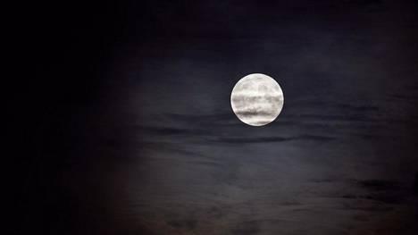 Tältä näytti täysikuu Helsingissä hieman ennen iltaseitsemää.
