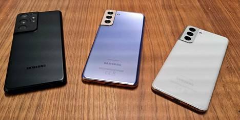 Galaxy S21 -perheessä on kolme puhelinta: (vasemmalta) S21 Ultra 5G, S21+ 5G ja S21 5G.