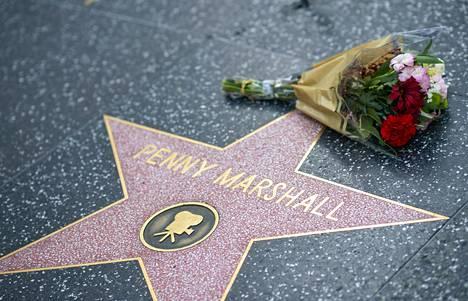 Penny Marshallin Hollywood-tähdelle ilmestyi kukkia kuolinuutisen jälkeen.