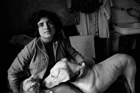Asja Ivashintsova-Melkumyan koiransa Martan ja kissansa Pusjan kanssa, Leningrad 1978