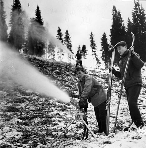 Kalpalinnan rinteitä lumetettiin Turengissa vuonna 1964.