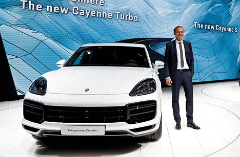 Porsche-pomo Oliver Blume esitteli uuden Porsche Cayenne Turbon.