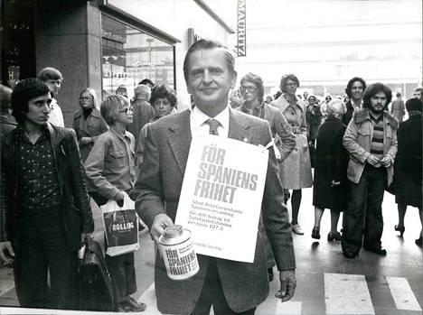 Olof Palme osallistui mielenosoitukseen, jossa tuettiin Espanjan demokratiakehitystä ja sorron uhreja vuonna 1975.