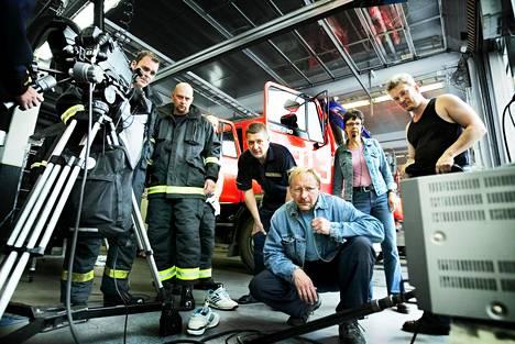 Kotikadun kuvauksissa Kallion paloasemalla Helsingissä 2005. Kuvausryhmä katsoi valmiin otoksen nauhalta heti sen purkituksen jälkeen.