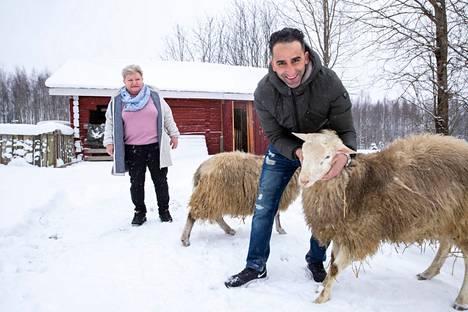 Kiiski ja Zouhri rakastavat eläimiä. Heillä on on muun muassa lampaita ja kanoja, joiden kanssa riittää töitä päivittäin.
