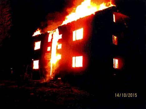 Tuusniemen keskustassa sijainnut kaksikerroksinen kerrostalo tuhoutui tulipalossa täysin.