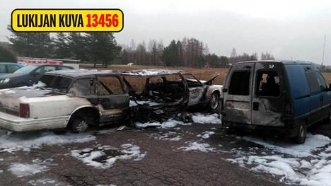 Auto löytyi poltettuna huoltoaseman pihalta.
