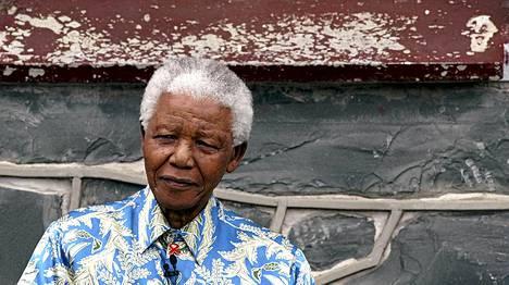 Nelson Mandela vuonna 2003 Robben Islandin entisen vankisellinsä edustalla.