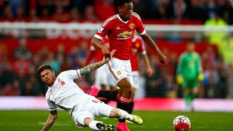 Anthony Martial (oik.) onnistui Liverpool-ottelussa.