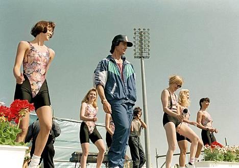 Ronn Moss veti aerobic-esityksen Naisten kymppi -tapahtuman osallistujille Raatin urheilukentällä, 20.5.1993
