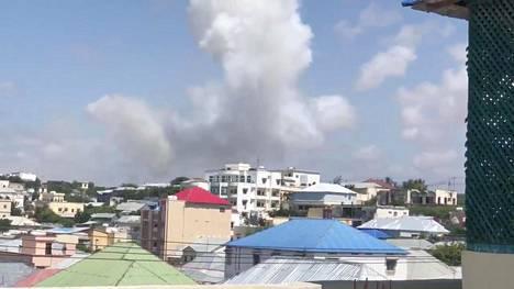 Mogadishun ylle nousi savupilvi autopommin räjähdettyä.