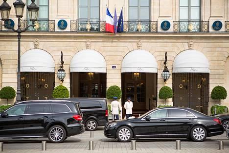 Diana ja hänen seurueensa eivät tulleet kuvassa näkyvän Hotelli Ritzin pääovien kautta ulos, vaan harhauttivat ihmisjoukkoa käyttämällä hotellin takaovea.