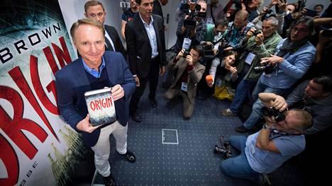 Dan Brown kiertää maailmalla mainostamassa uutuusteostaan Alku. Frankfurtin kirjamessuilla hän vieraili reilu viikko sitten.