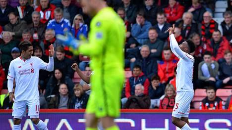 Roberto Firmino (vas.) ja Daniel Sturridge iloitsevat Liverpoolin toisesta maalista. Etualalla Bournemouthin maalivahti Artur Boruc.