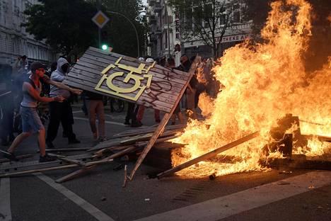 Mielenosoituksissa sytytettiin tulipaloja. Kuva torstailta, jolloin mielenosoitukset alkoivat.