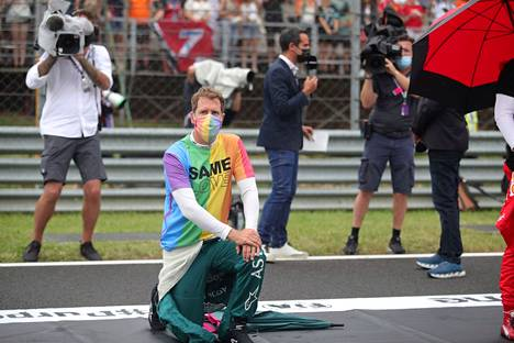Vettel myös polvistui monen muun kuljettajan tavoin protestiksi rasismia vastaan.