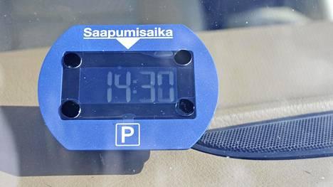 Pysäköintiaikaa näyttävät kiekot ja digitaaliset laitteet eivät ole yhteismitallisia, poliisi arvioi.