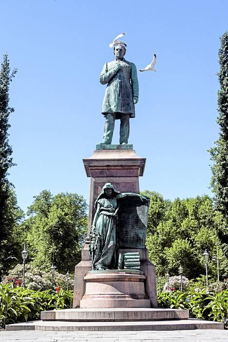 Johan Ludvig Runebergin muisto merkki seisoo Esplanadin puiston keskellä. Erikoisen patsaasta tekee se, ettei siinä ole kansallis runoilijan nimeä.