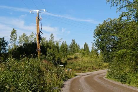 Järvi-Suomen Energia on rakentanut maaseudulle uusia sähkölinjoja muun muassa kyläteiden varsille, jossa ne ovat paremmin ja nopeammin korjattavissa luonnonvoimien vaurioista. Mutta uudistustyöllä on ollut hintansa. Sähkön siirto maksaa maltaita, vaikka sähköä ei käyttäisikään.